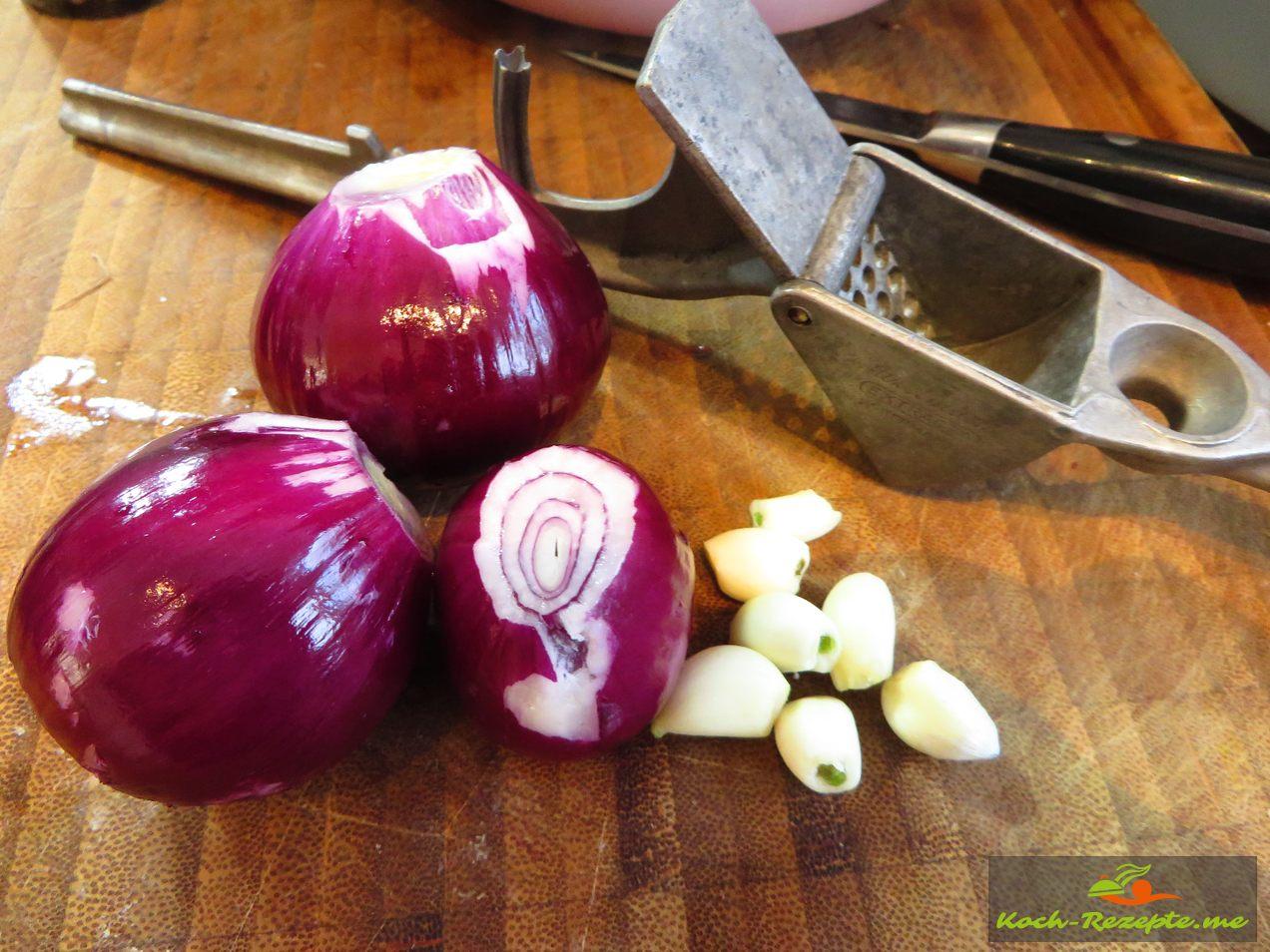 Für die Tomatensauce brauchen wir Zwiebel ,Knoblauch, Chili