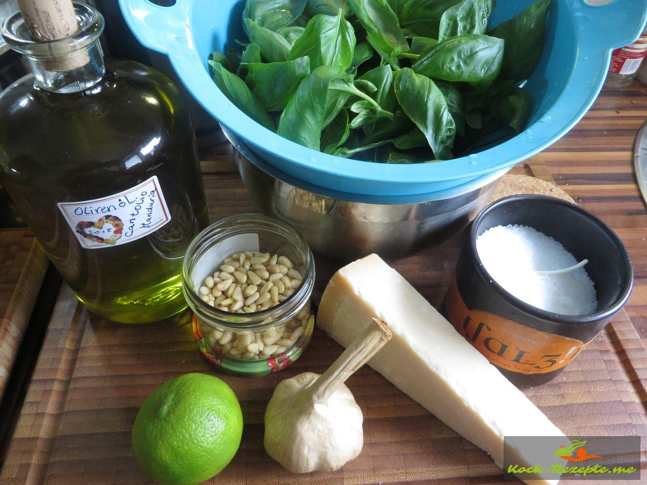 Zutaten für Basilikum Pesto Basilikum, Knoblauch, Pinienkerne, Salz, Natives Olivenöl und Parmesan-Käse kalt hergestellt.