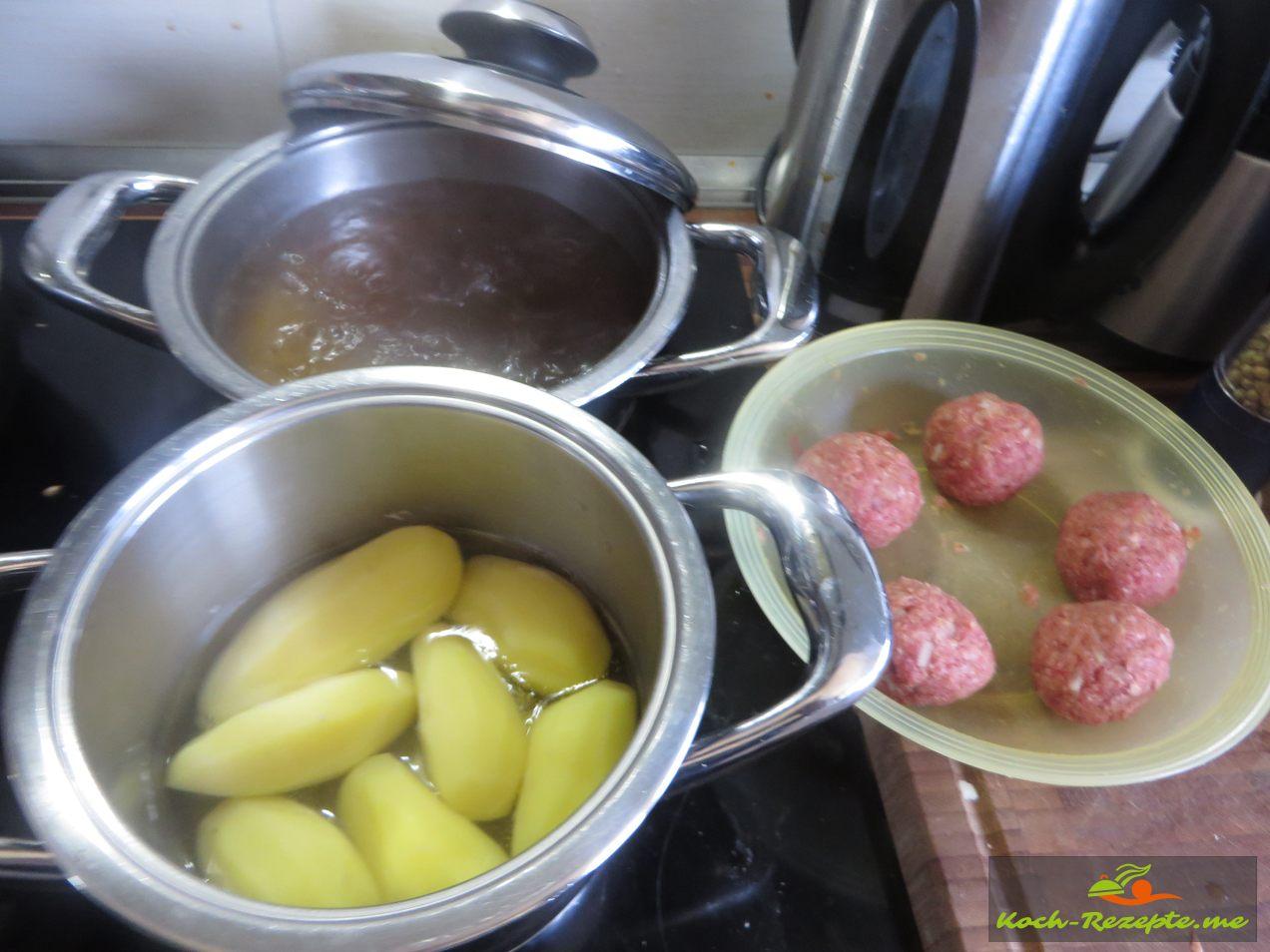Rinderbrühe aufstellen  und kochen,dann die Klopse darinn 15 -20 Min. ziehen,garen lassen