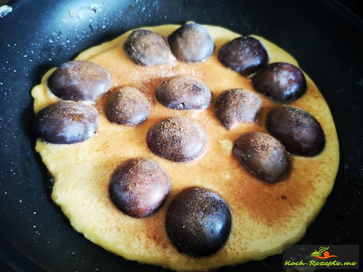 Eierpfannkuchen mit Pflaumen auslegen