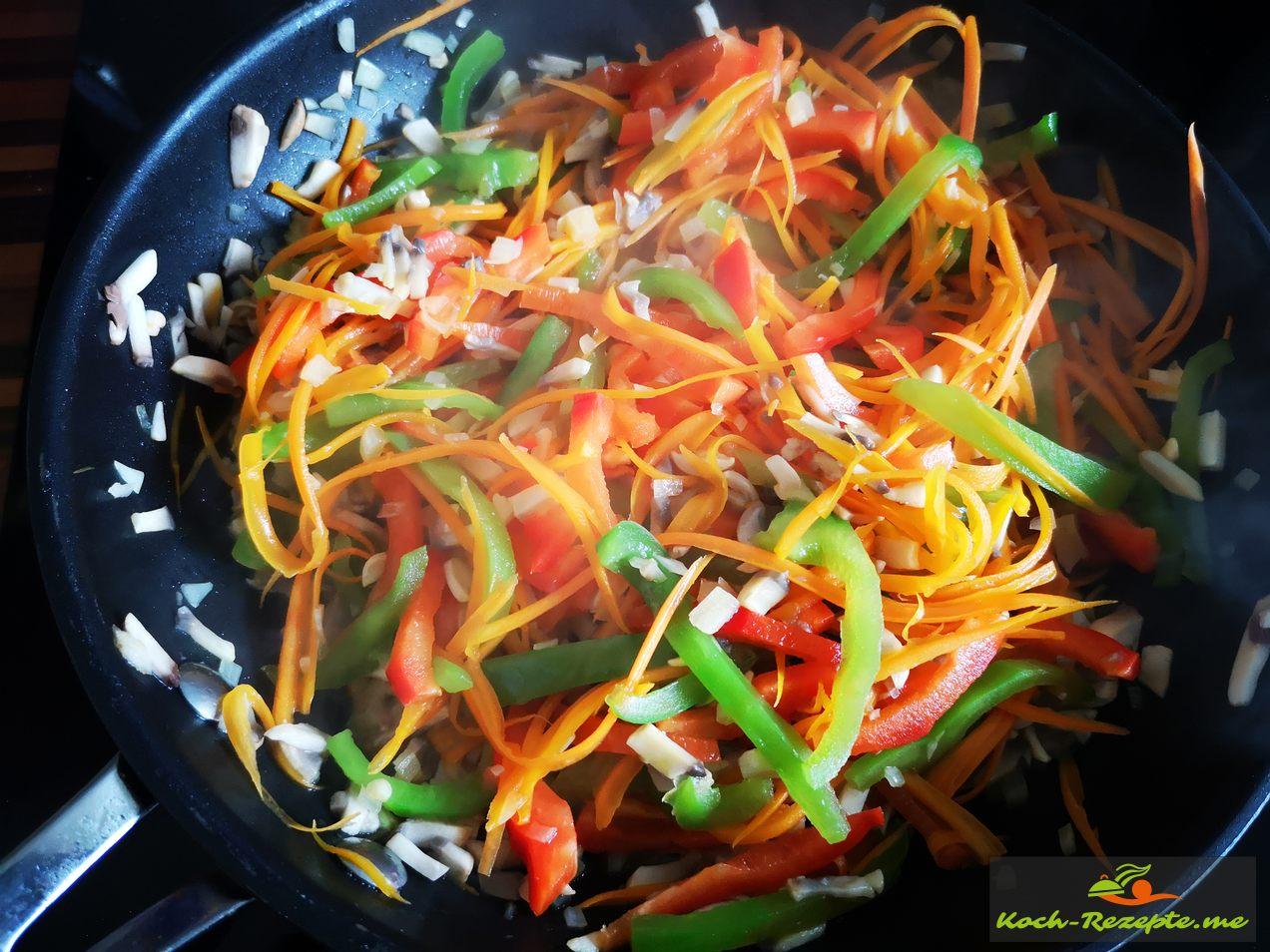 das Gemüse wird in der Pfanne leicht gedünstet