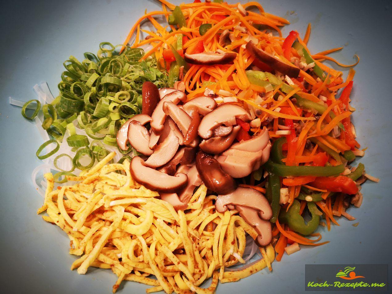 Gemüse fein geschnitten und das gebackene Eiomelett aufrollen und in Streifen schneiden