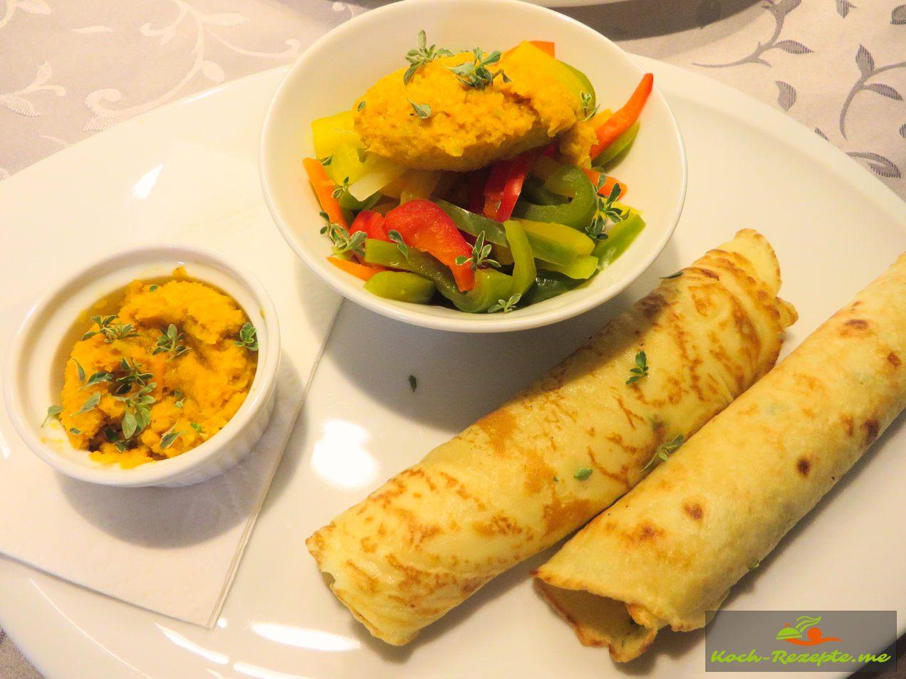 Paprikagemüse italienisch Peperonata mit Gemüsepaste auf herzhafte Pfannkuchen vegetarisch