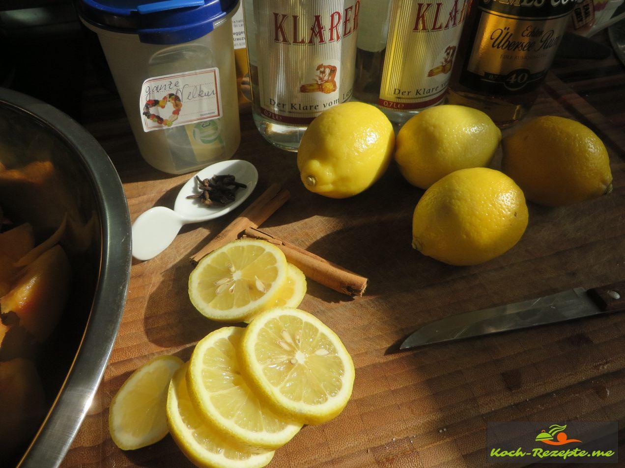 Zitronen in Scheiben schneiden
