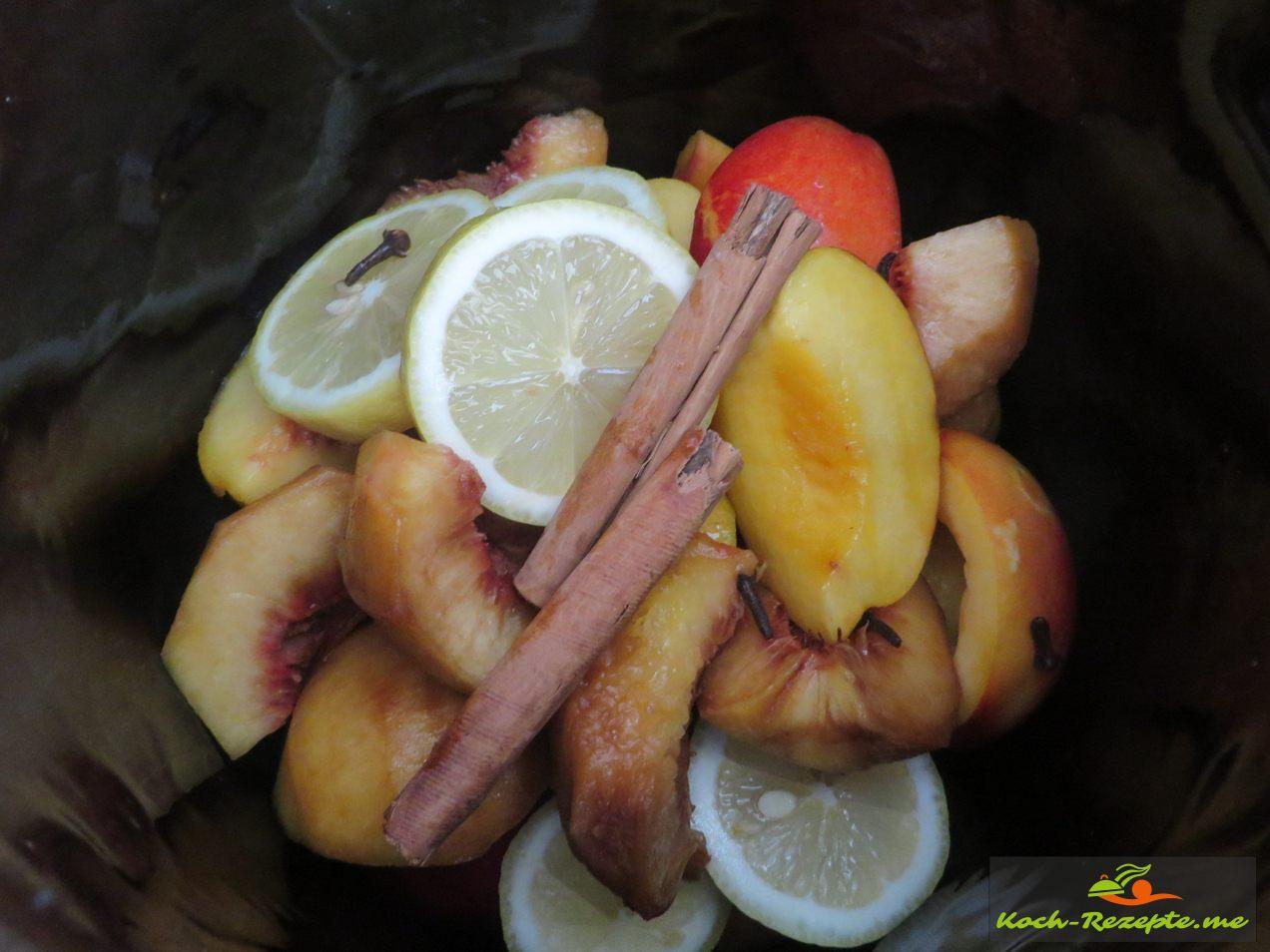 Alle Früchte und Gewürze mit Rum und Weizenkorn ansetzen