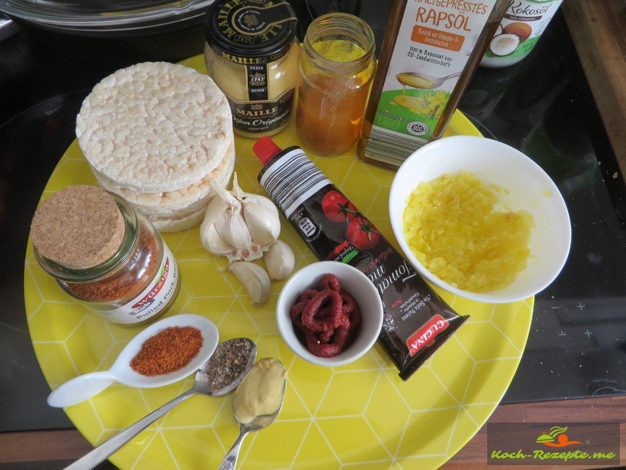 Zutaten für Veganes Mett,Reiswaffeln,Schalotten und Knoblauch in Öl gedünstet,Gewürzmischung,Tomatenmark,Senf,Öl