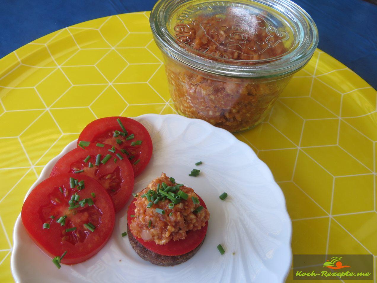 Anrichten als Fingerfood auf Pumpernickel,Tomate und veganes Mett