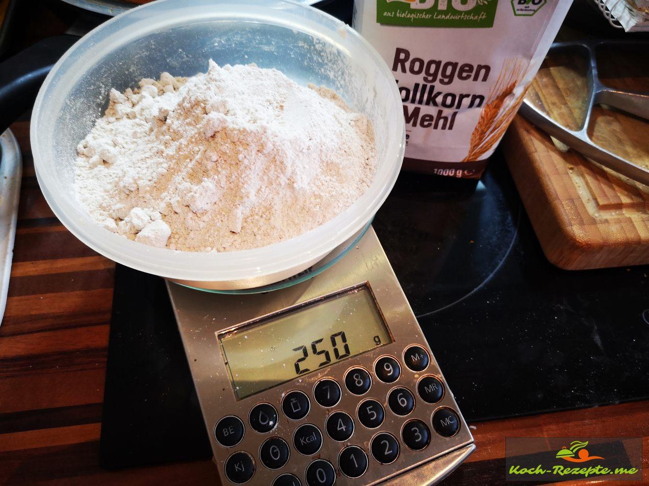 250 g Roggen Vollkorn Mehl abwiegen
