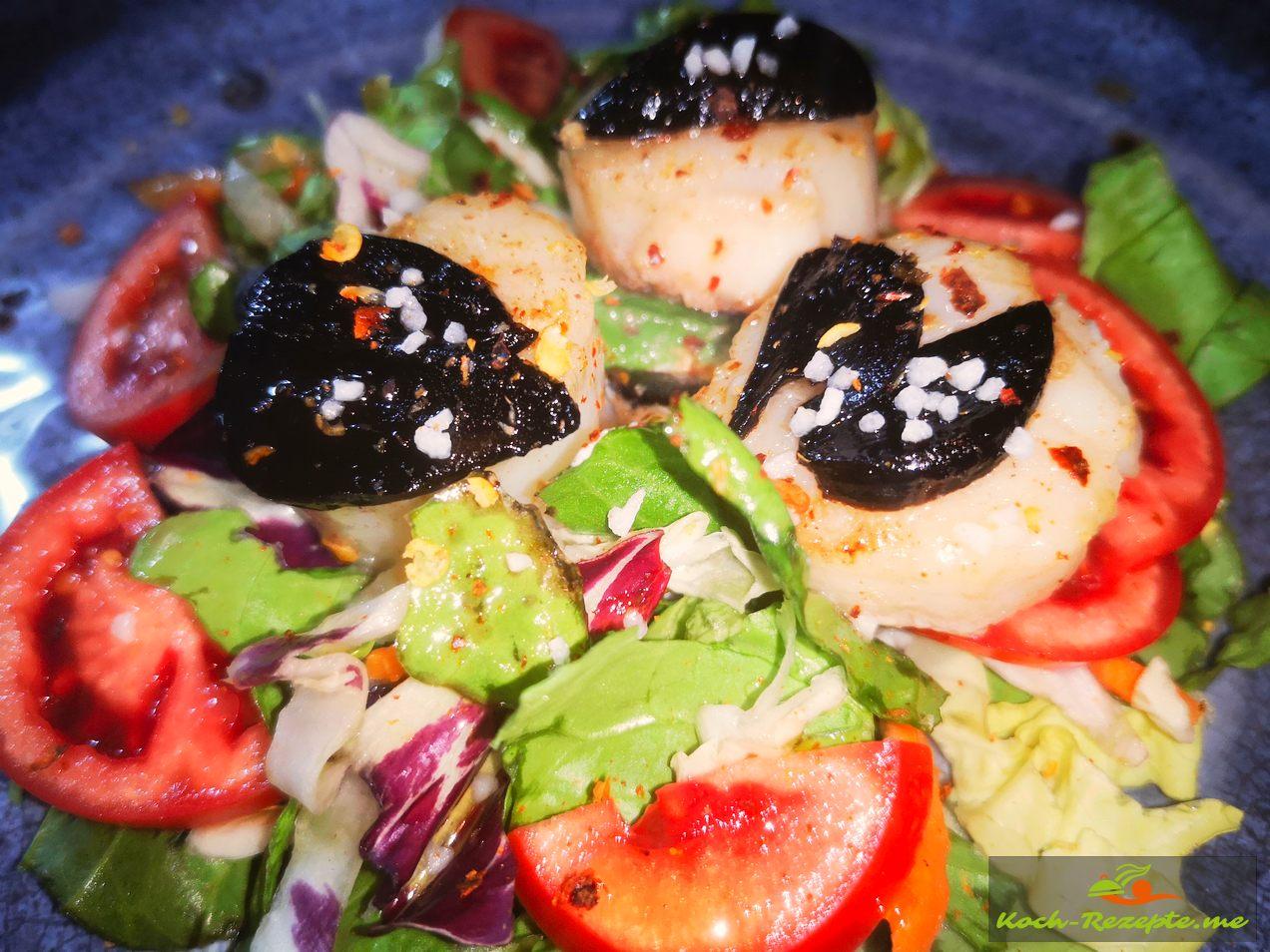 gebratenen Jakobsmuscheln und Schwarzem Knoblauch auf gemischtem Salat