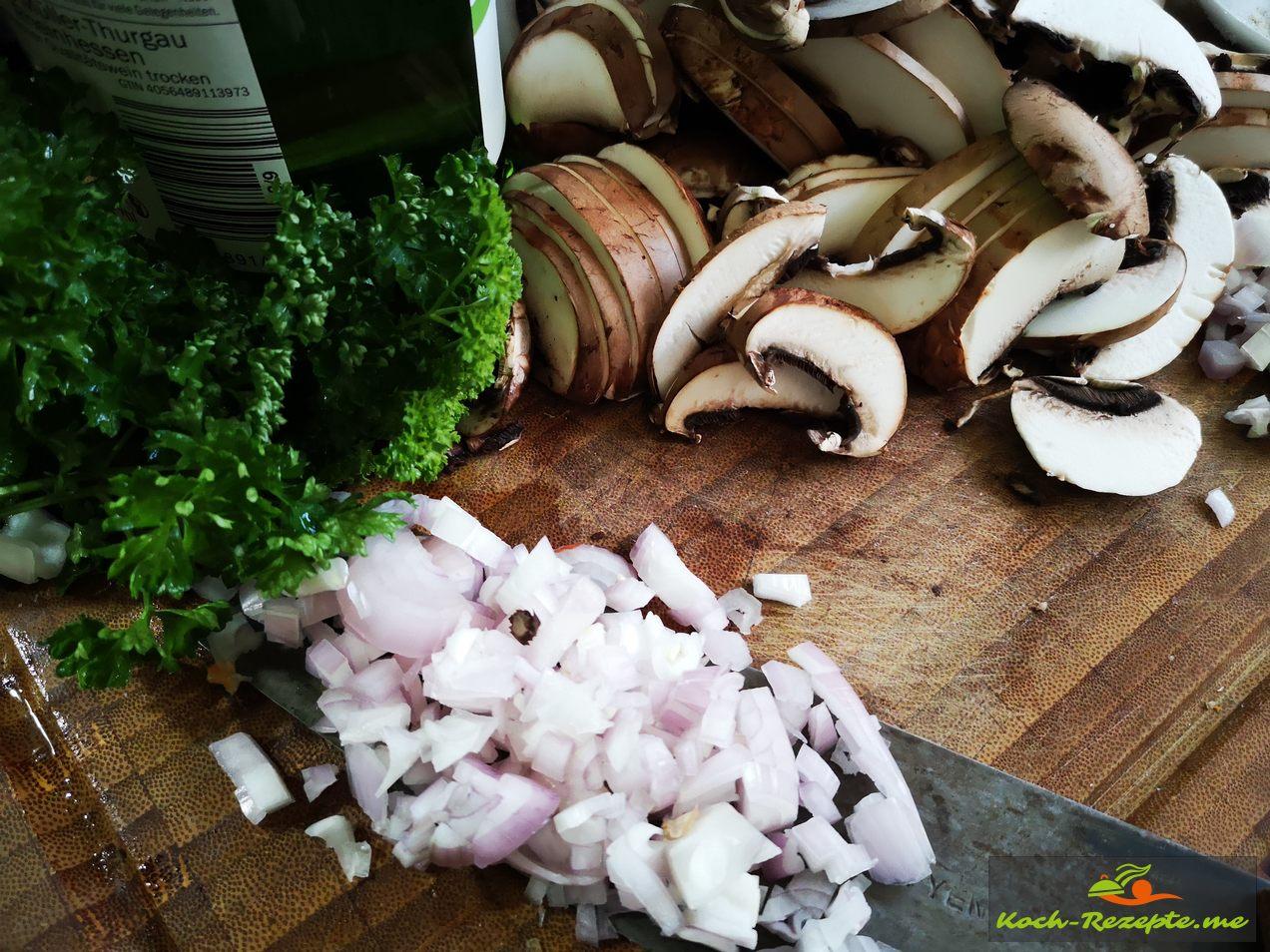 Vorgeschnittene Schalotten und Champignon