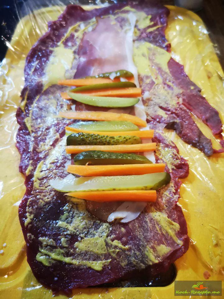 Rouladen füllen mit Senf, Pfeffer und Salz, Schinkenspeck,Gurken und Möhren