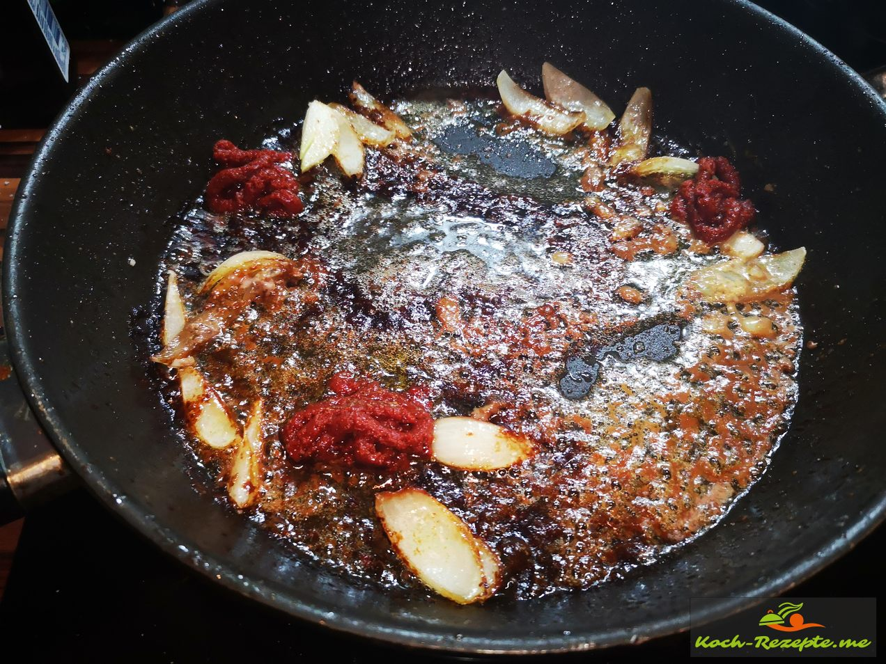 Den Bratenansatz mit Zwiebel , Knoblauch und Tomatenmark anrösten