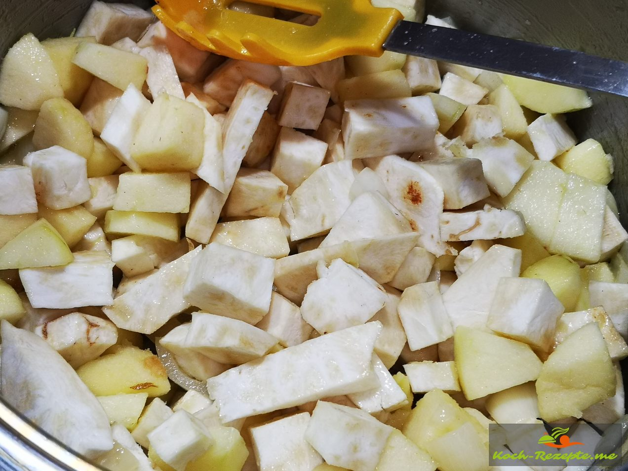 Sellerie-Apfel Suppe weiter dünsten