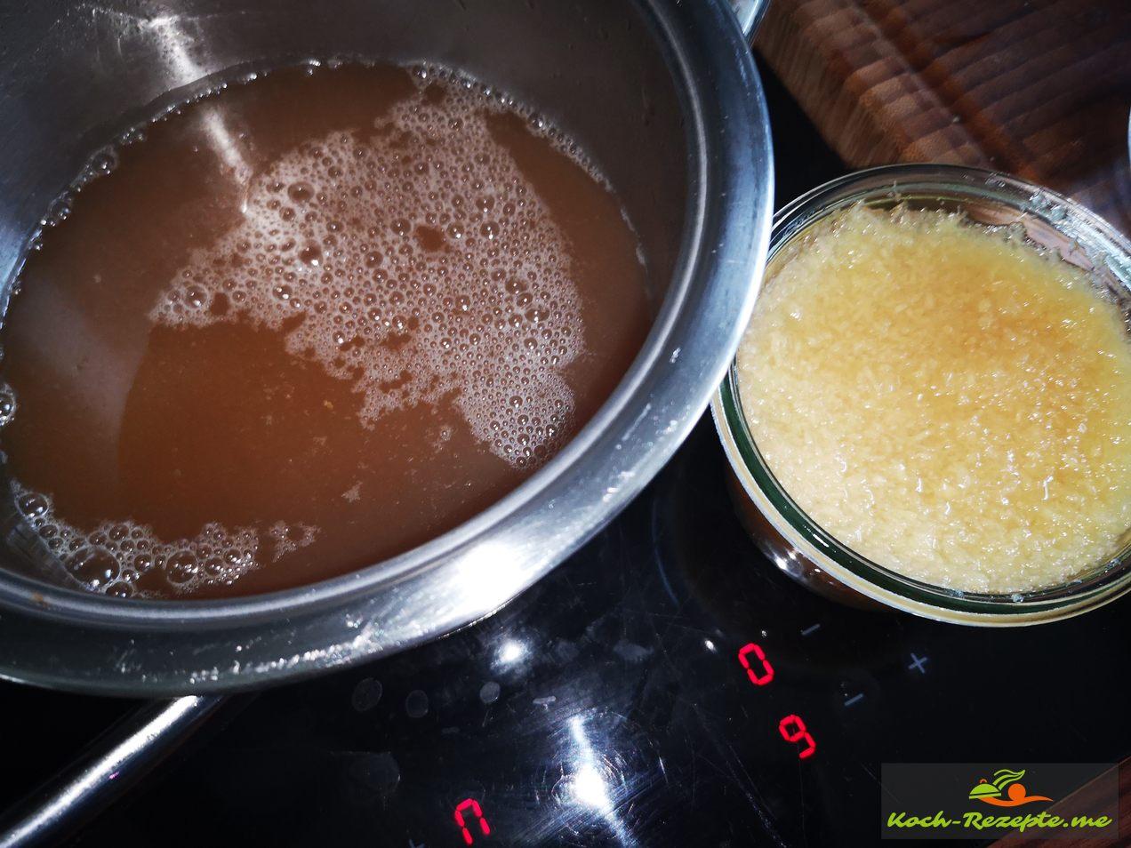 Zitronen Ingwer Sirup mit 1 lter Wasser aufkochen und 40 Minuten köcheln lassen, dann Zitrone, Ingwer entfernen