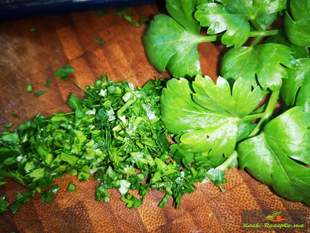 Blattpetersilie zum Garnieren kleinhacken