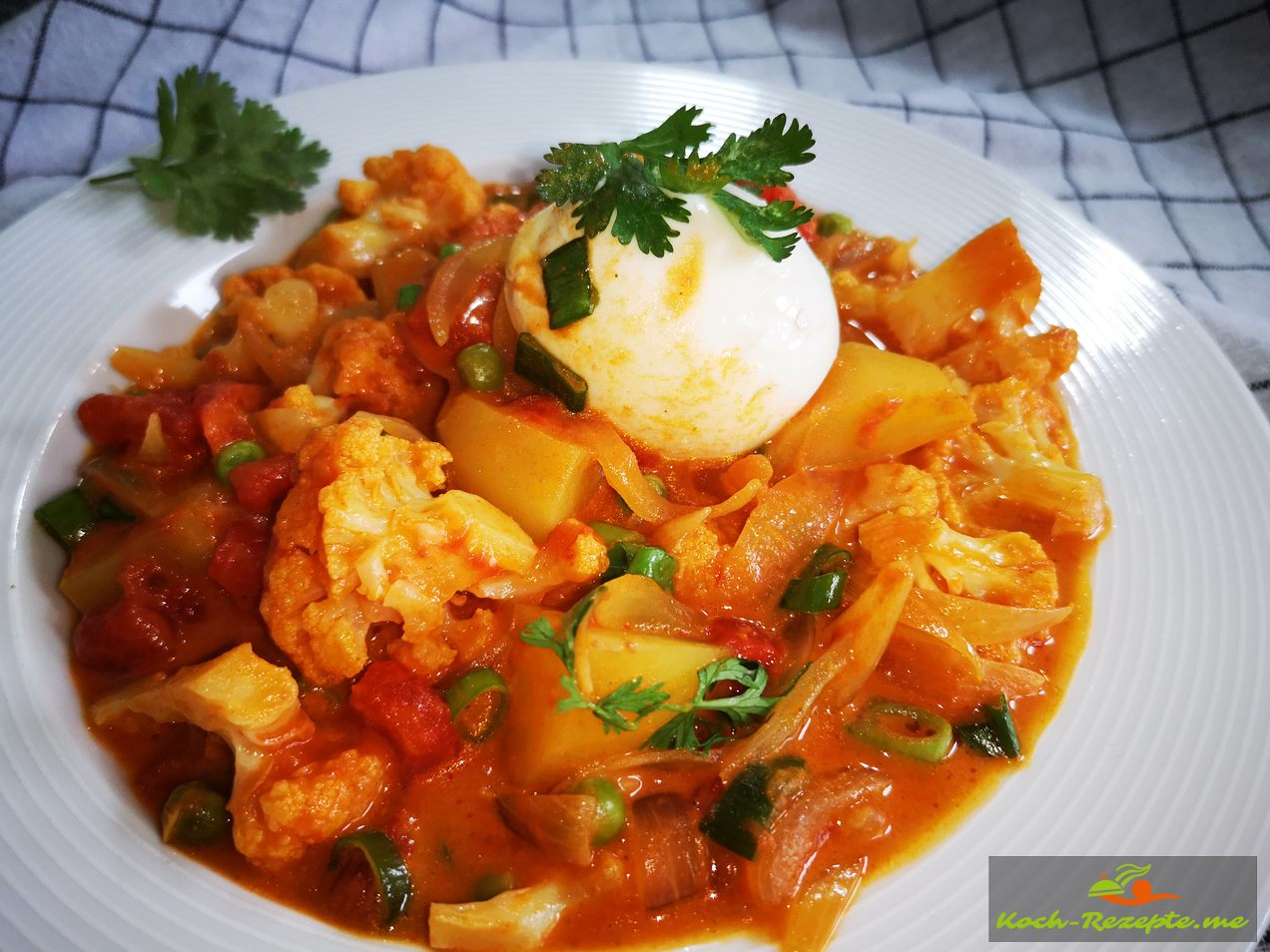fertig angerichtet in einer Schüssel Blumenkohl,Kartoffel,Curry
