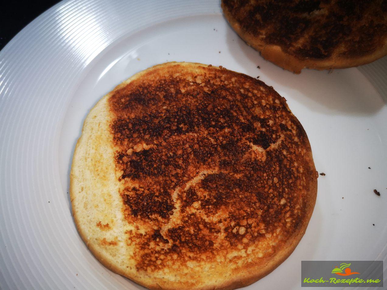 Im Toaster die Brötchen aufbacken