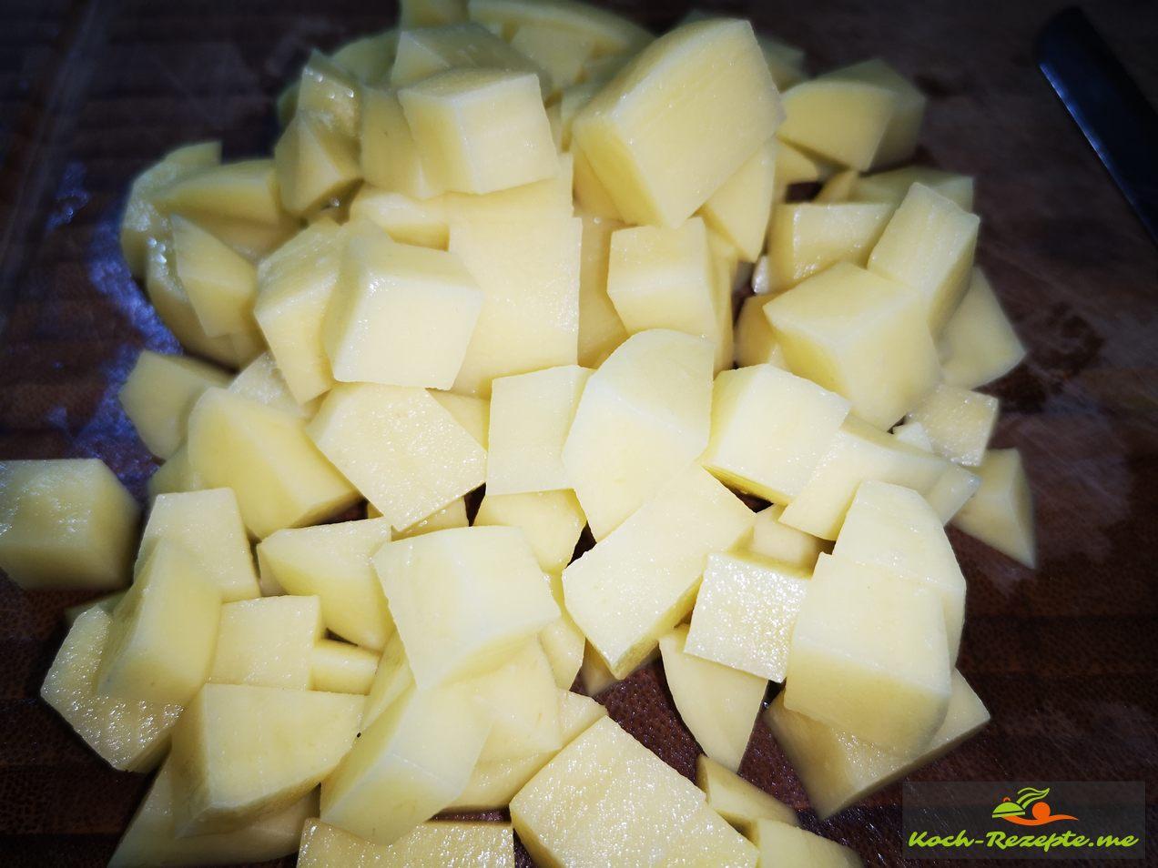 geschälte Kartoffeln in Würfel schneiden