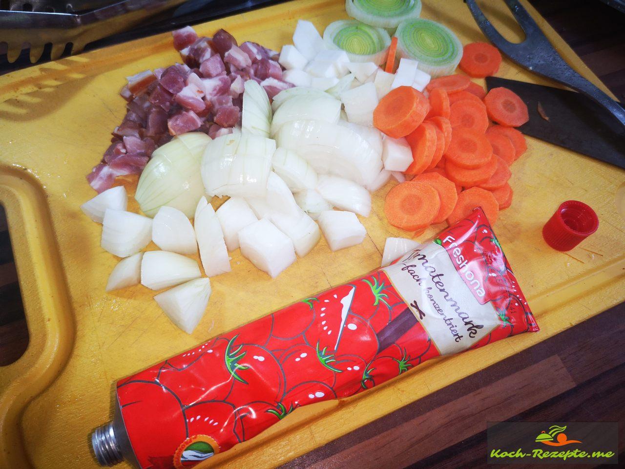 Wurzelgemüse und Tomatenmark für die Sauce