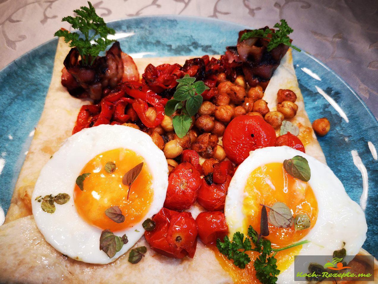 Dann anrichten mit Kichererbsen,Tomaten und Paprika, Spiegelei,Bacon