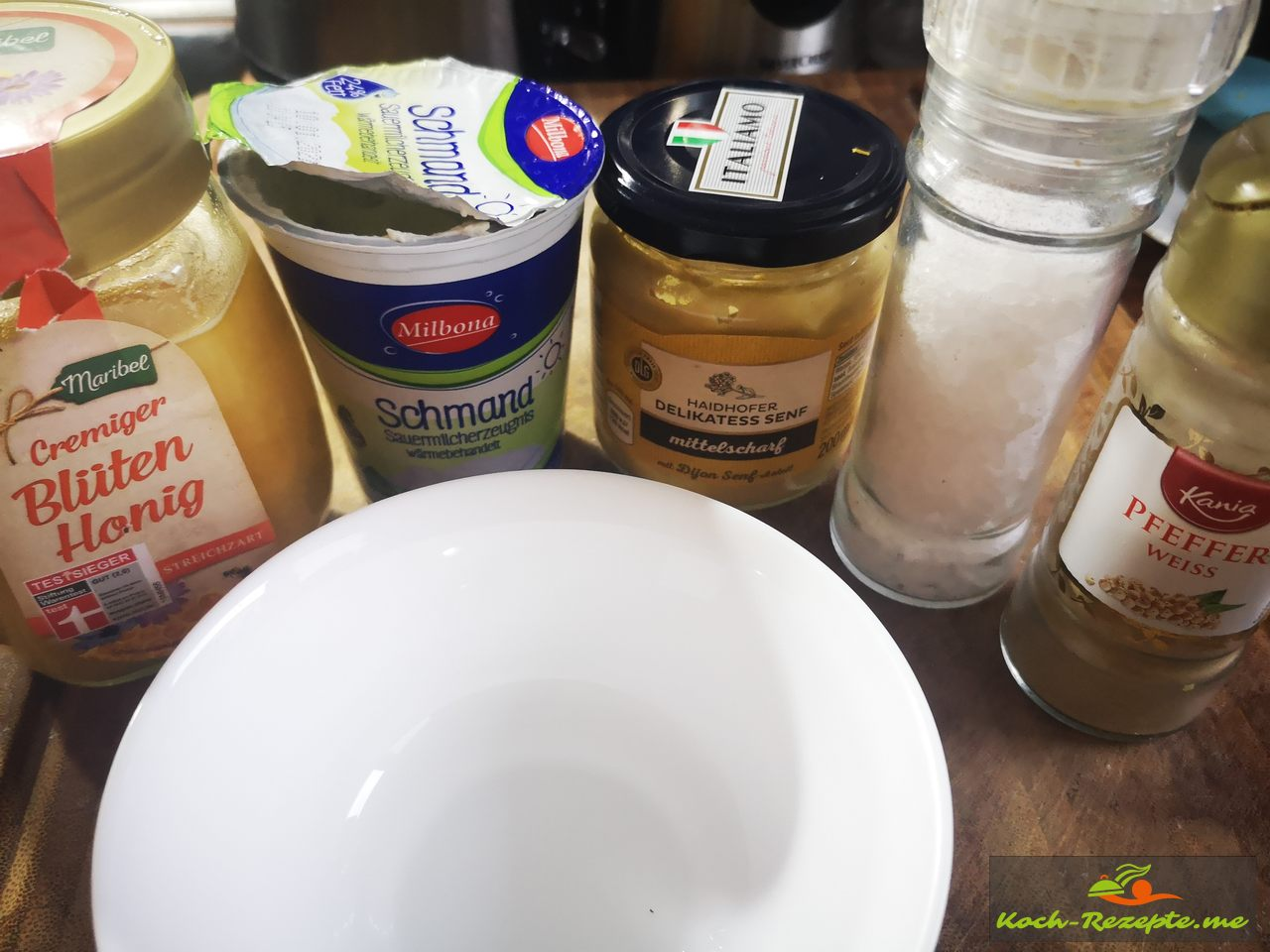Dir Zutaten sind Schmand,Dijon Senf mittelscharf,Honig, Pfeffer und Salz