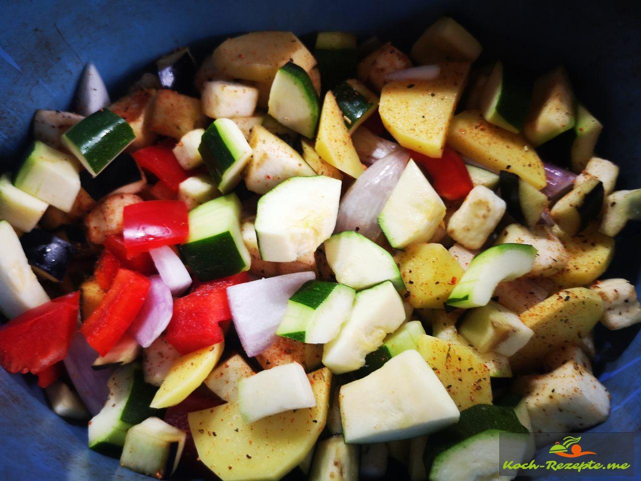 Alle Gemüsesorten in einen Topf geben