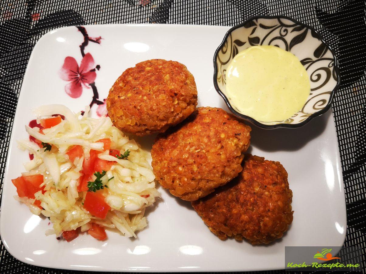 Linsenfrikadellen mit Weißkohlsalat und Knoblauchdip