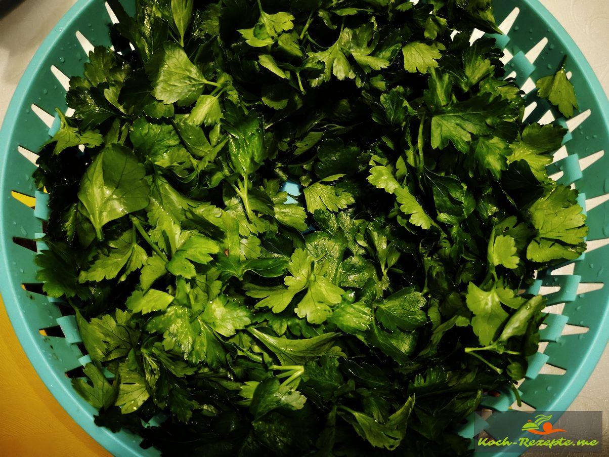 Blattpetersilie Blätter vom Stiel entfernen