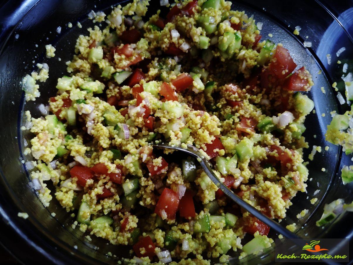 Dressing unter Couscousgemüse heben