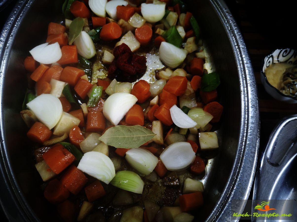 Im Bratensatz vom Rindfleisch das Gemüse und Tomatenmark anrösten