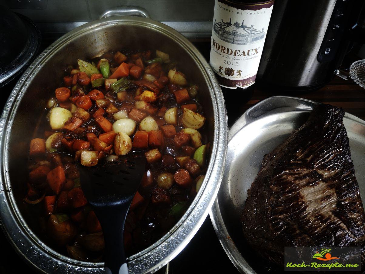 Bratensatz ablöschen mit Rotwei und Pfirsich Likör