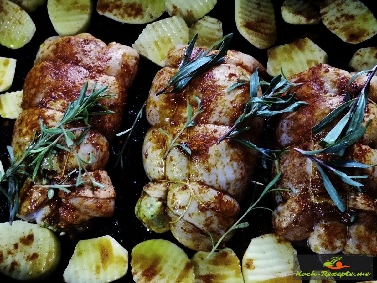 Dann mit Kartoffelscheiben und Kräutern in eine mit Olivenöl ausgestrichenen Auflaufform legen