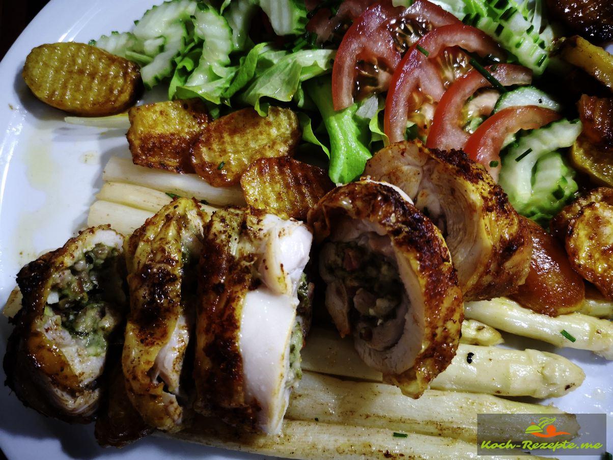 Guten Appetit mit Spargel und Salat  angerichtet